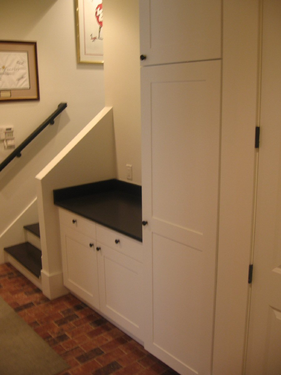 Garage cabinets how to build simple garage cabinets for Build simple kitchen cabinets